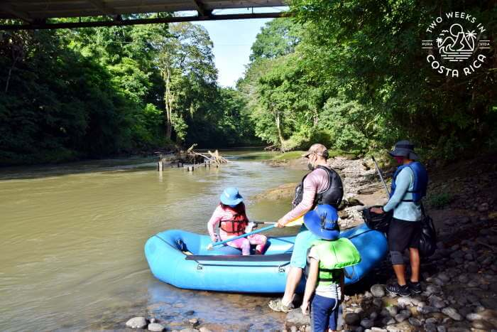 Pushing off, river float tour La Fortuna